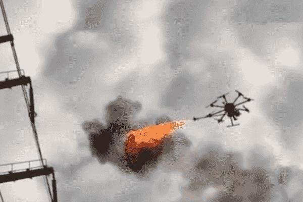 你永远猜不到这架喷火的无人机是用来做什么的